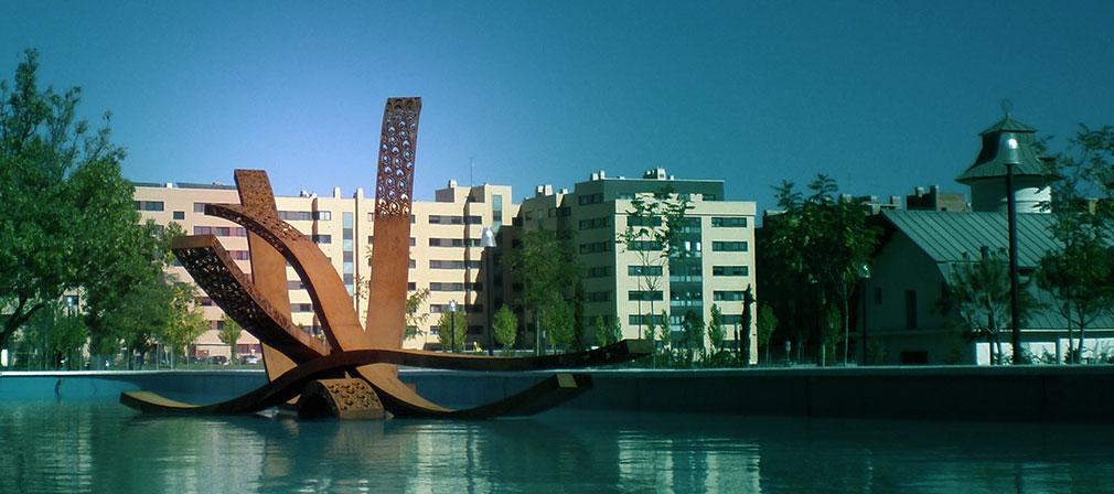 Panorámica de la escultura en estanque de Villa del Prado