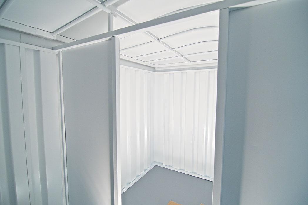 Vestíbulo o almacén del chiringuito junto a la puerta con sistema antirrobo