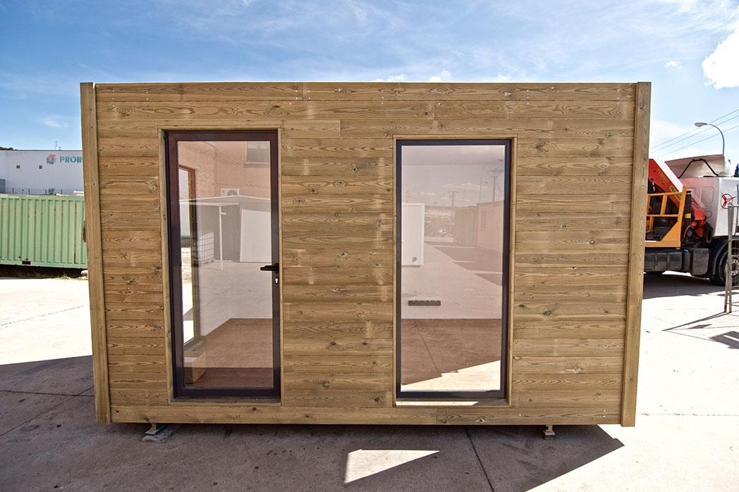 Contenedor oficina aislado y con terminación exterior de madera. Interior decorado con todas las comodidades, parquet de madera y cerramientos con puente térmico